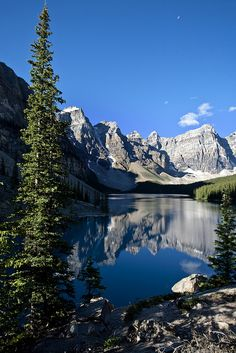Moraine Lake, in Banff National Park - Alberta, Canada Beautiful Nature Pictures, Amazing Nature, Beautiful Landscapes, Moraine Lake, Parc National De Banff, Places To Travel, Places To Go, Landscape Photography, Nature Photography