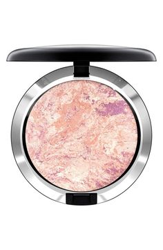Launch into orbit with this powder that transforms the skin upon contact. With swirls of complementing colors and luminous pearls, it provides sheer luminosity to the skin, is creamy to the touch and blends easily.