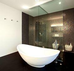 Die freistehende Badewanne im Schalendesign ist unglaublich formschön