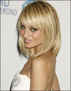 Nicole always has the best bangs. I love her hair color too!