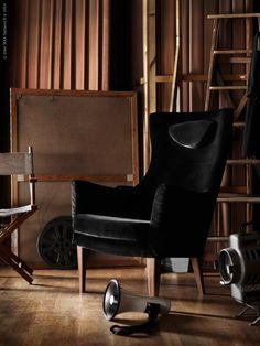 La dolce vita! Sammetslena STOCKHOLM i stilrena svarta sammetsklädseln Sandbacka tar plats bakom ridån och blir den nya regissörsstolen.