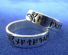 Eheringe aus 925er Silber mit Ihren Namen in Runen und keltischen Knoten als Abschluss. Sie können natürlich auch Runen auswählen, die eine besondere Bedeutung für Sie haben.  Ca. 6mm breit.  Die jeweiligen Namen in Runen und die Ornamente sind als Vertiefung in die Ringe eingebracht.