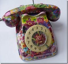 A decoupagem transforma o telefone antigo