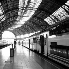 Der Zug ist bereit zur Abfahrt! Die graue Farbe lässt den Eindruck, dass es Zeit istabschiedzu nehmenund löst in einem das Gefühl der Trauer aus. Mehr zu Glass Art findest du unter www.paintthings.de