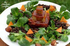 Vegana Jones und der Tempel des Räuchertofu Gebratener Sesam-Mandel-Räuchertofu, gefüllt mit Rundkornreis, mit Feldsalat, gebratenen Champignons, Karotten und Belugalinsen.