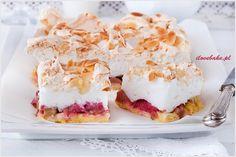 Kruche z rabarbarem i bezą to najlepsze ciasto wiosenne jakie można było wymyślić. Ciasto kruche jest lekkie i stanowi doskonałą bazę pod rabarbar, natomiast beza jest chrupiąca z wierzchu.