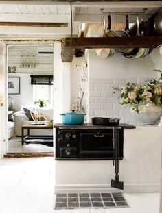 old stove in cottage kitchen and flowers on the counter Kitchen Interior, Kitchen Decor, Kitchen Goods, Rustic Kitchen, Vintage Kitchen, Old Stove, Stove Oven, Deco Addict, Cuisines Design