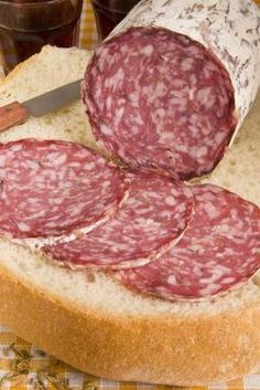 A Guide to Italian Salami, Charcuterie and Cold Cuts Salami Recipes, Homemade Sausage Recipes, Meat Recipes, Cooking Recipes, Summer Sausage Recipes, Charcuterie, Italian Salami, Foeniculum Vulgare, How To Make Sausage