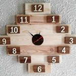 Almost everything can be created with the pallets and we can prove it with this idea of upcycled wood pallet clock. It will impress every single person who will see it because it is a creative as well as awesome looking idea. Wooden Pallet Crafts, Wooden Art, Diy Clock, Clock Decor, Pallet Display, Pallet Clock, Wall Clock Design, Wood Clocks, Wood Pallets