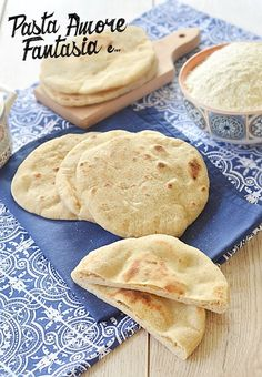 Moroccan bread cooked in a pan Moroccan Bread, Focaccia Pizza, Bread Recipes, Cooking Recipes, Cooking Bread, World Recipes, Snacks, Vegan Dishes, International Recipes