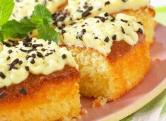 The lemon cake can be decorated with mint leaves and chocolate butter, or even cocoa biscuits. Mary Berry Lemon Cake, Single Layer Cakes, Chocolate Butter, Cocoa, Biscuits, French Toast, Berries, Muffin, Mint