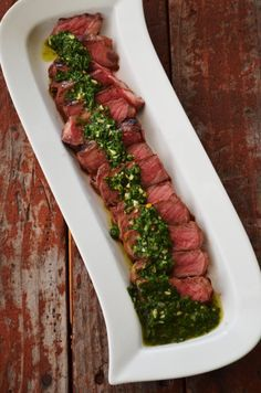Los turistas pueden comer el bistec argentino. Aquí se sirve con la salsa chimichurri. Es un plato típico de Argentina