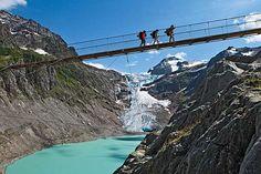 Puente colgante en el glaciar Trift, Suiza  Triftbrücke es el nombre del puente que permite ver el glaciar Trift en todo su esplendor (aunque muriéndote de vértigo). Éste fue construido en 2004 cuando ya no se podía cruzar de un lado a otro del glaciar tras la pérdida de altura del hielo; sin embargo, se sustituyó en 2009 por uno más seguro. Actualmente es uno de los puentes colgantes de cables más largos del mundo con sus 170 metros de largo y a 100 metros de altura sobre el lago del…