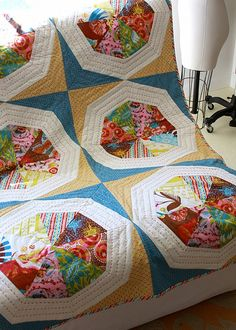 FREE PATTERN Spinning Stars quilt by AMH.  Love the opposite colored fabrics for the star.