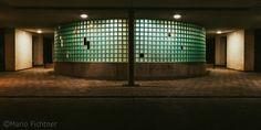 In den Lichtern der Nacht lassen der Schein und die Schatten die Formen erwachen.  Teil 2 Eingang Wohnquartier   In the lights of the night their appearance and the shadows awaken the forms.  Part 2 Entrance Living quarters