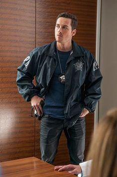 D 'Now I'm God' Episode 310 Pictured Jesse Lee Soffer as Jay Halstead Chicago Pd Halstead, Jay Halstead, Jesse Spencer, Jesse Lee, Chicago Med, Chicago Fire, Chicago Crossover, Riverdale Cole Sprouse, Tv Show Outfits