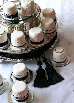 Black and White wedding minicakes