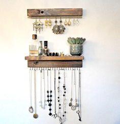 Joyero de madera para ver siempre tus joyas y mantenerlas ordenadas. Dimensiones: listones de 25x3cm. La pequeña estantería es un listón de 5cm de ancho.