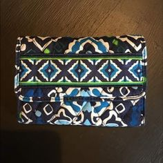 VERA BRADLEY WALLET Great condition! Smoke free home! ALSO HAVE A SIMILAR BAG THAT I WILL BUNDLE WITH! Vera Bradley Bags Wallets