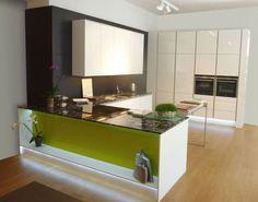 #Dankuchen design hoogglans witte keuken met kleuraccenten. #eiland #greeploos