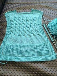 behind-the-baby-blaue Weste häkeln Perlen Wulst Handwerk Amigurumi Puppe Baby stricken Strickmuster Knitting For Kids, Knitting For Beginners, Baby Knitting Patterns, Knitting Designs, Hand Knitting, Baby Pullover, Baby Cardigan, Crochet Baby, Crochet Bikini