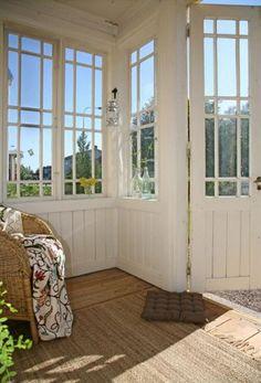 <strong>6. Sköna sittplatser</strong><br>Ladda för långa kvällar på verandan. Ett par sköna fåtöljer med extra kuddar och plädar är bra att ta till om det blir svalare om aftonen. Rottingfåtöljer är lätta att flytta omkring, eller bära ut i solen om man vill.