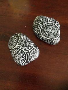 Disse sten er alle håndmalede i sort/hvide farver. Priserne er forskellige alt efter størrelse og mønster.  En del af stenene er solgt, men de ligger her stadig for at I kan se mønstrene, og måske bestille derfra. :)
