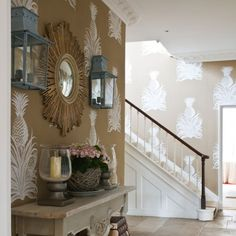Country hallway pictures and photos for your next decorating project. Find inspiration from of beautiful living room images Hallway Colour Schemes, Hallway Colours, Country Hallway, Hall Colour, Hallway Pictures, Hallway Wallpaper, Wallpaper Decor, Pineapple Wallpaper, Flur Design