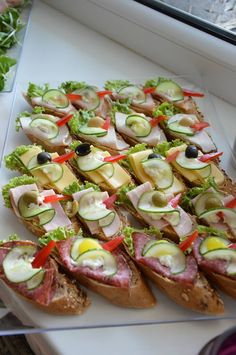 Szybkie dania obiadowe i kolacje czyli co na obiad?: Catering w Łodzi na party … Quick lunch dishes and dinners, so what's for dinner ?: Catering in Lodz for a party – FrykasyAnanasy. Finger Food Appetizers, Appetizers For Party, Appetizer Recipes, Party Fingerfood, Finger Foods, Party Food Platters, Meat Cheese Platters, Meat Trays, Food Garnishes