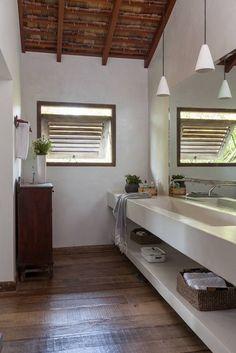 Beach house in Trancoso, Brazil. // Baños de estilo moderno de Vida de Vila