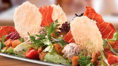 Y es que con una pinta así da gusto comerse una #ensalada. ¿Lo mejor? El #crujiente de #parmigiano #reggiano… ¡está #espectacular! #gastronomia #Italia #HealthyFood #ComeSano http://www.latagliatella.es/menu/insalate-ensaladas/