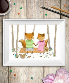 Questa è una mia illustrazione di volpi che stanno facendo un picnic nel bosco, puoi utilizzarla per decorare le tue pareti o per la camera dei