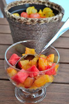 Receita Salada de Frutas com Gelatina: o preparo é super simples, rápido e tem tudo a ver com o verão. Os benefícios são vários, já que na salada de frutas vai gelatina (colágeno para fortalecer pele, cabelo e unha) e frutas, fonte de fibras e vitaminas para o nosso organismo.
