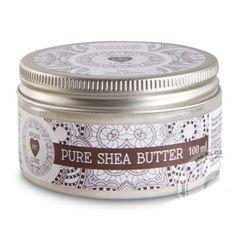 Masło Shea posiada właściwości odżywcze, regenerujące i natłuszczające, co sprawia, ze jest doskonałym kosmetykiem jak i świetnym dodatkiem do kremów. Zawiera witaminy A i E. Sprawdza się w pielęgnacji wszystkich typów skóry: suchej, zniszczonej, zmęczonej, ze zmarszczkami oraz tłustej i ze skłonnością do wyprysków czy trądziku.   Odmładza skórę, zwalcza wolne rodniki i zapobiega procesom starzenia się skóry. Chroni skórę przed wpływem czynników zewnętrznych, takich  jak zimno, wiatr i mróz.