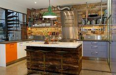 isla pequeña y toques de colores vibrantes en la cocina de diseño industrial
