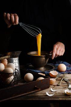 Batiendo huevos by Raquel Carmona