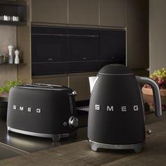 De SMEG Waterkoker Mat Zwart KLF03BLMEU is een authentieke waterkoker met een jaren 50 stijl. Met deze waterkoker kun je snel water koken voor koffie of thee. De waterkoker heeft een inhoud van 1.7 liter en is mat zwart van kleur.