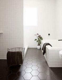 Kitchen Interior Design Remodeling Kitchen Trend We Love: Black Tiles with Black Grout Bad Inspiration, Bathroom Inspiration, Black Tiles, Bathroom Floor Tiles, Room Tiles, Tile Floor, Wall Tiles, Wainscoting Bathroom, Beautiful Bathrooms