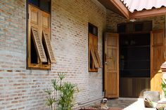 Like the wall Asian House, Thai House, Balcony Design, Window Design, Cottage Floor Plans, House Plans, Humble House, Ideal Home, Traditional House