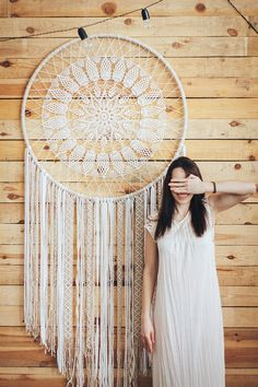 This beautiful dream catcher decor will make a perfect statement wall art for your boho wedding or bohemian home. Add it anywhere where you would like to add character and warmth. This white crochet dreamcatcher can also make a wonderful birthday gift. Grand Dream Catcher, Big Dream Catchers, Dream Catcher Boho, Style Boho, Hippie Style, Boho Chic, Boho Party Decorations, Mandala Au Crochet, Boho Dekor