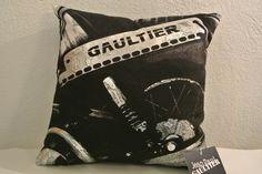 Coussin viril Jean-Paul Gaultier
