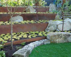 des murets en métal séparent les niveaux du jardin