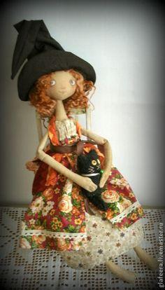 `Ведьма Оливия хранительница домашнего мира` интерьерная кукла. Дебютантка шабаша Оливия.Выпускница школы ведьм.Ее специализация - 'Мир,покой и душевное пространство дома'.Лучшим домашним звуком считает урчание кошки.Любит жить вдали от городского шума,гулять по росе босиком и щуриться на солнце.