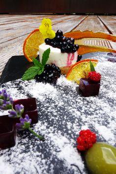 Leckere Holundertörtchen aus der Ritzenhof-Küche. So bringt ihr die Süße des Spätsommers auf euren Teller!  #ritzenhof #küchenblog #rezept #holunder #holler #beeren #wellnesshotel #alpine cuisine #saalfeldenleogang #dessert #süßspeise Teller, Panna Cotta, Blog, Dessert, Ethnic Recipes, Elder Flower, Berries, Kuchen, Dulce De Leche