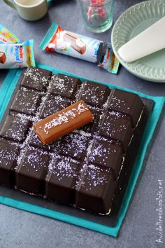 Kinder Pingui géant à la noix de coco ou kinder Délice réalisé dans le moule tablette de Guy demarle, un gâteau gourmand beau et succulent, le goûter parfait pour petits et grands! Deux couches de génoise poids plume au chocolat emprisonne entre elles un crème onctueuse au mascarpone, chocolat blanc et noix de coco râpée le tout orné d'une coque gourmande de chocolat noir.Je ne sais pas pour vous, mais toute la gamme de friandises Kinder étaient les confiseries chocolatées préférées.