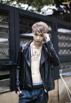 OMAIGAWDDD YIXING I CAN SEE YOUR FREAKING ABS >///< ♥ STPAH ITTT...
