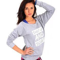 Niezwykle wygodna bluza w kolorze modnego melanżu :) Na przodzie motywacyjny biały napis SHUT UP AND SQUAT, który zapewne będzie Cię dopingował podczas każdego treningu! :) Niewykończone brzegi przy dekoldzie oraz ściągacz w dole bluzy nadają jej charakter. Mimo, iż to sportowy look bluza ta jest niezwykle kobieca. Delikatnie opada na ramiona dodając tym samym kobiecie wdzięku i uroku :) 👉129 PLN 👉S i M 👉http://www.dancewear.com.pl/product,products,1100.html  #fashion #bluza #szarabluza…