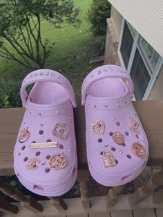 Crocs Fashion, Sneakers Fashion, Fashion Shoes, Diy Fashion, Teen Fashion, Fashion Outfits, Crocs Shoes, Shoes Heels, Pink Crocs