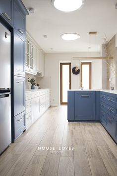 Projekt NAVY - granatowa, elegancka kuchnia w klasycznym stylu Kitchen Furniture, Furniture Design, Colonial Home Decor, Modern Classic, Kitchen Design, New Homes, Kitchen Cabinets, House Design, Interiors