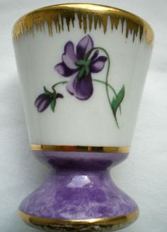 Adorable coquetier à la Violette en porcelaine de Limoges avec liseré Or fin